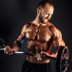 スタンディングカールのやり方&効果|立ったまま上腕を中心に鍛える筋トレ種目!