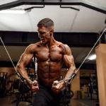 ケーブル・クロスオーバーのやり方&効果|大胸筋をメインに鍛えるケーブル筋トレ!