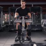 シーテッド・カーフレイズのやり方&効果|ヒラメ筋や腓腹筋を鍛える筋トレ!