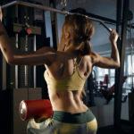 ラットプルダウン(ワイドグリップ)のやり方&効果|背面を広く鍛える筋トレ!