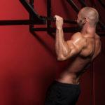 ナローグリップ・プルアップのやり方&効果|肩関節伸展の動作で背面を強く刺激!