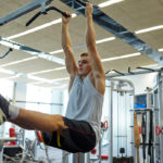 ハンギング・レッグレイズのやり方&効果|腹筋を鍛えるぶら下がり系レッグレイズ!